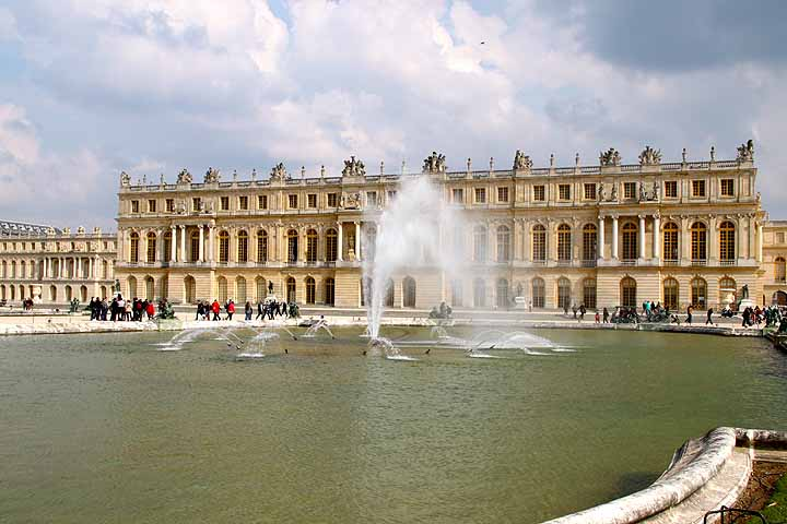 Voir les fontaines dans les jardins du château de Versailles.