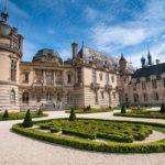 Les grandes écuries du prince de Condé et château de Chantilly.